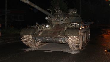Czołg T-55 zatrzymany na głównej ulicy w Pajęcznie.