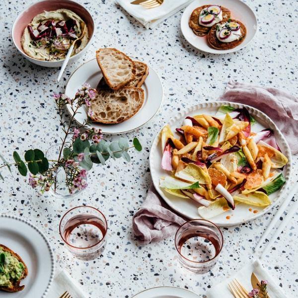 Wiosna na talerzu: sałaty, rzodkiewki, szparagi, świeże zioła z domowego ogródka
