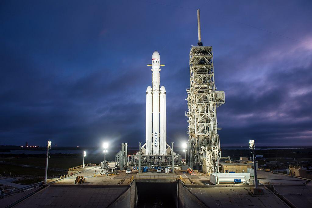 Falcon Heavy pionowo na stanowisku startowym