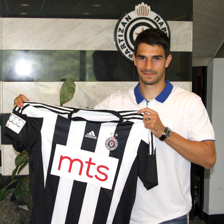 Nikola Leković z koszulką Partizana