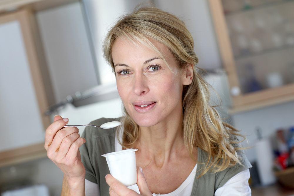 Fryzury, które postarzają i optycznie dodają lat. Których powinny unikać dojrzałe kobiety? 5 największych błędów
