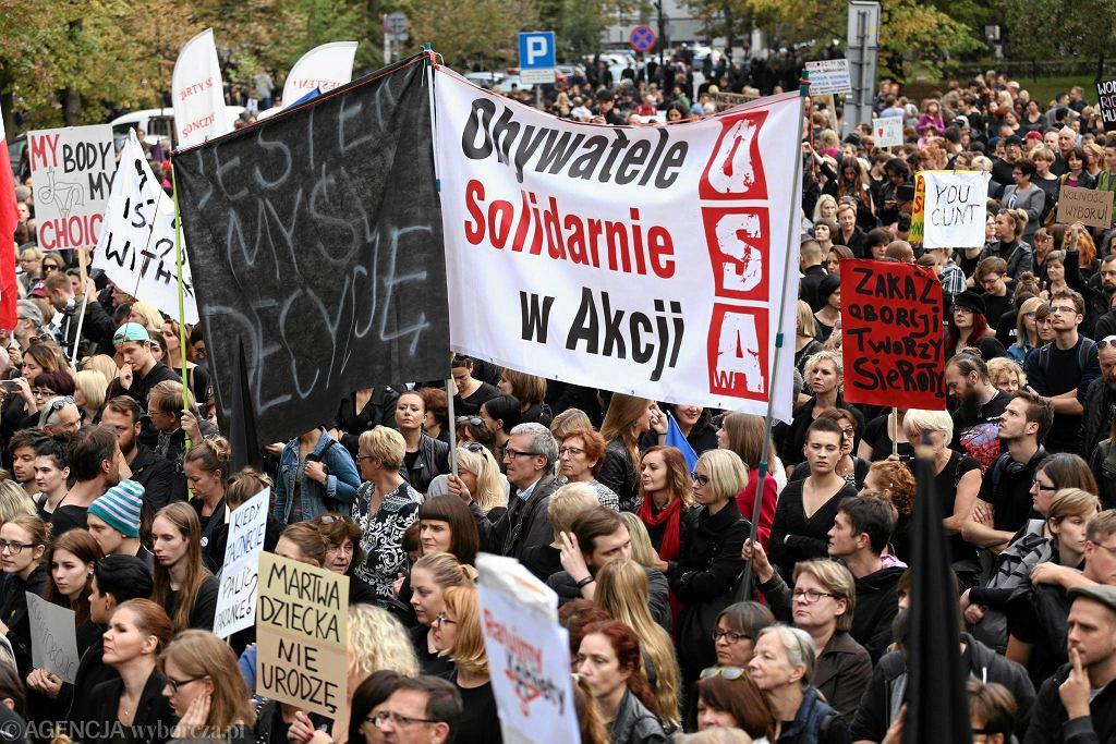 Warszawa. 'Żarty się skończyły!'. Manifestacja pod Sejmem w sprawie aborcji, 1 X 2016 r.