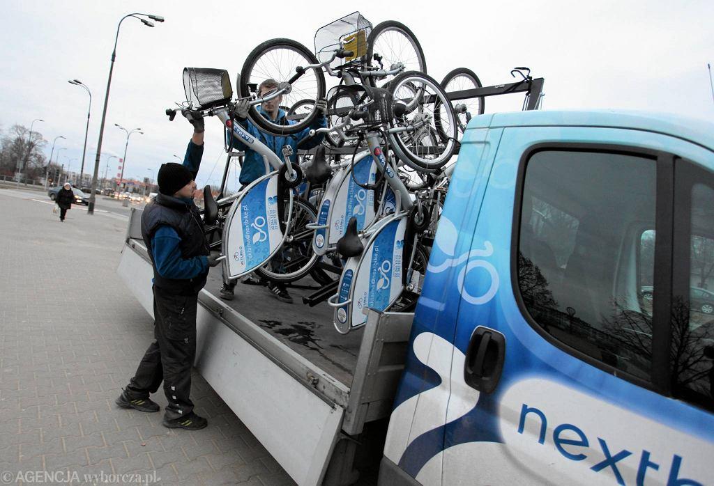 Pracownicy firmy Nextbike rozwożą rowery do wypożyczalni Veturilo w całym mieście