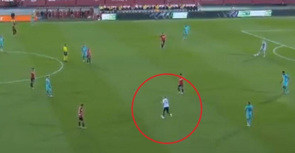 Kibic wtargnął na murawę podczas meczu Mallorca - Barcelona