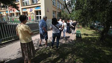 Wybory prezydenckie 2020 w Kielcach, przed obwodową komisją nr 62 na Barwinku