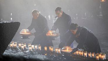 Premier rządu PiS Mateusz Morawiecki, jego była szefowa, wicepremier Beata Szydło i minister Wojciech Kolarski pod pomnikiem ofiar. Obchody 73. rocznicy wyzwolenia byłego nazistowskiego obozu zagłady Auschwitz Birkenau. 27 stycznia 2018