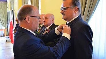 Andrzej Zbyszyński przyjmuje odznaczenie nadane przez Andrzeja Dudę