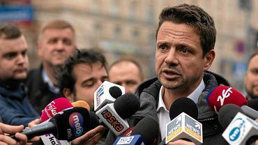 Rafał Trzaskowski podczas konferencji prasowej w powyborczy poniedziałek
