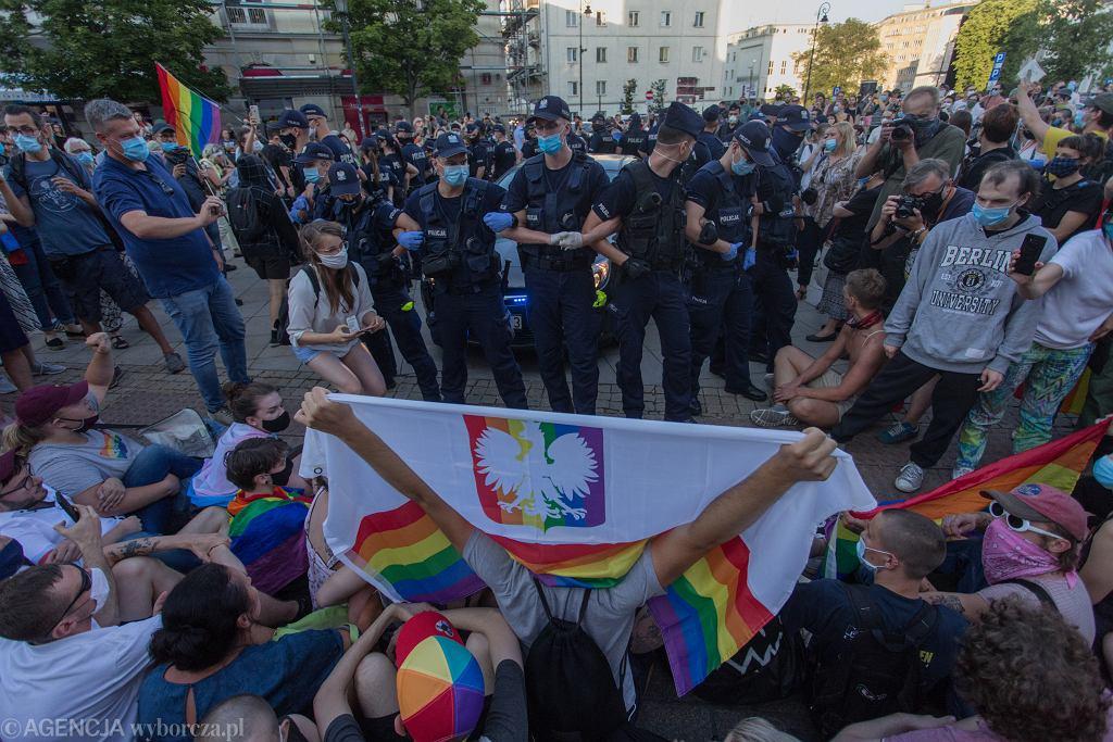 7 sierpnia 2020. Protest przeciwko aresztowaniu Małgorzaty 'Margot' Szutowicz. Działaczka społeczna z organizacji Stop Bzdurom, zwalczająca przejawy homofobii w życiu społecznym, ma spędzić w areszcie dwa miesiące za to, że zatrzymała homofobiczną ciężarówkę fundacji Pro - Prawo do Życia