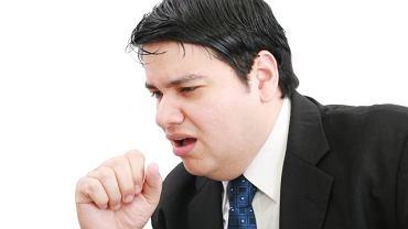 Chrypa, kaszel i ból gardła mogą poważnie uszkodzić struny głosowe