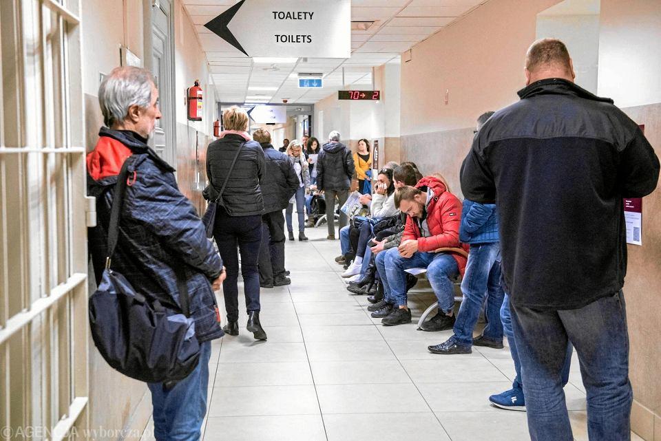 Obcokrajowcy czekający w kolejce w urzędzie wojewódzkim, aby uzyskać pozwolenie na pracę i zalegalizować swój pobyt w Polsce. Takich ludzi w internecie wulgarnie wyzywał urzędnik Mateusz P.