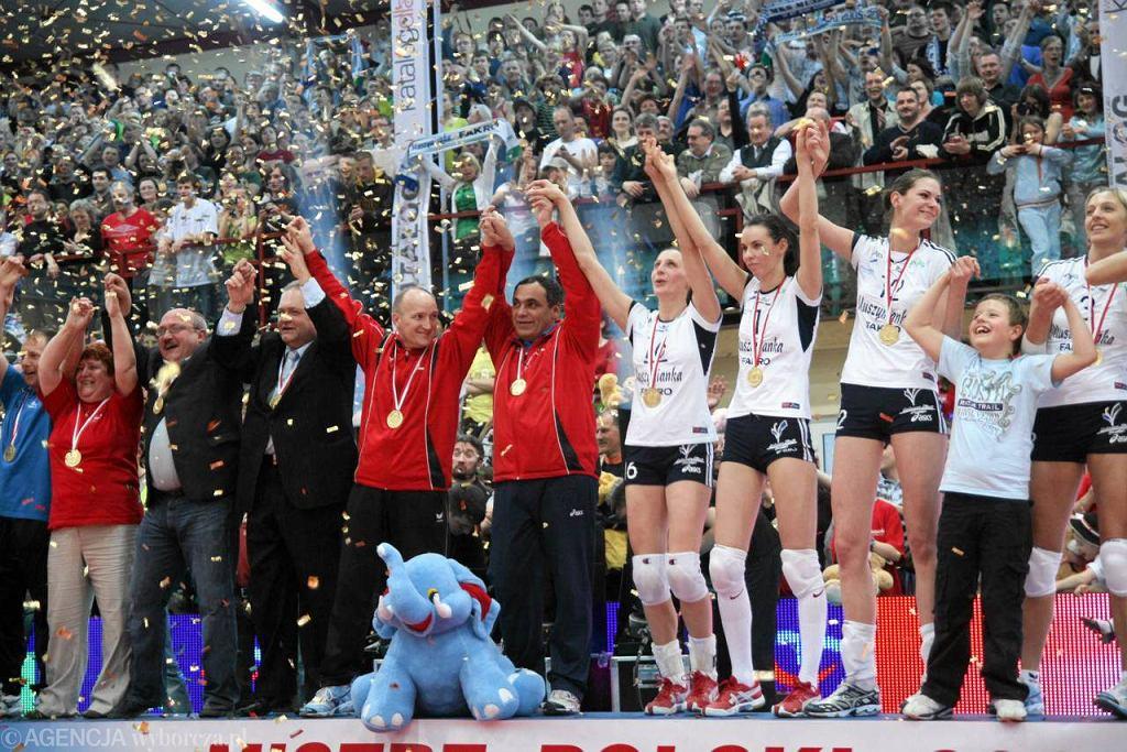 Siatkarki z Muszyny właśnie zdobyły w miejsowej hali kolejne mistrzostwo Polski - maj 2008 r. Trzeci z lewej prezes klubu Grzegorz Jeżowski, szósty - trener Bogdan Serwiński