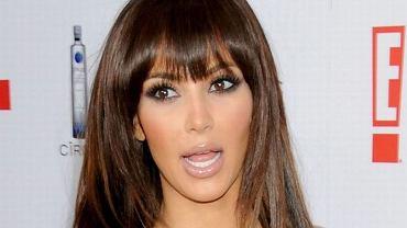 """Dziś Kim Kardashian nosi kreacje od najbardziej znanych projektantów. Nie na darmo zresztą zdobiła okładkę """"Vogue'a"""" zwanego biblią mody. W doborze kreacji doradza jej też samozwańczy geniusz i znawca mody, czyli nie kto inny jak Kanye West. Jej mąż w jednym z odcinków reality show """"Keeping up with the Kardashians"""" kazał jej nawet pozbyć się imponującej kolekcji ciuchów. Kiedy przypomnieliśmy sobie, jak Kim ubierała się jeszcze kilka lat temu, nie dziwimy mu się. Dziś każda jej kreacja ma metkę projektanta, kiedyś jej sukienki przypominały bardziej podróbki z bazarów, a jej look wołał o pomstę do nieba. Nie wierzycie? No to przypomnijcie sobie. Tylko, żeby nie było, że Was nie ostrzegaliśmy."""