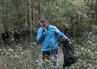 Andrzej Duda wziął udział w akcji sprzątania śmieci. Przeczesywał las z czarnym workiem