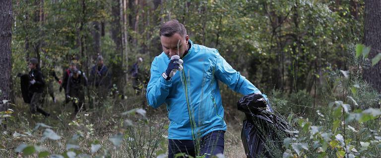 Andrzej Duda chodził po lesie i zbierał śmieci. Towarzyszyła mu pierwsza dama