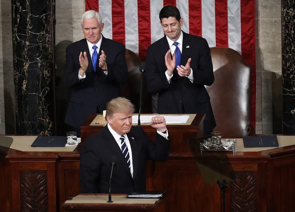 Prezydent Donald Trump podczas wystąpienia przed połączonymi izbami Kongresu USA. W głębi po lewej wiceprezydent Mike Pence, obok niego ówczesny spiker Izby Reprezentantów Paul Ryan. Waszyngton, 28 lutego 2017 r.