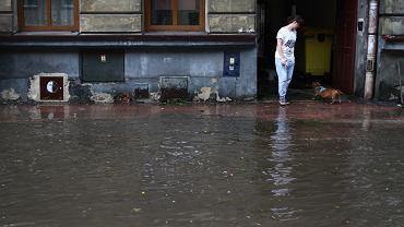 Ulice w Krakowie zalane po ulewie