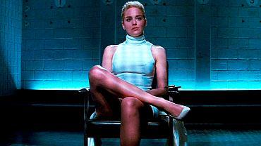 Sharon Stone w 'Nagim instynkcie', tuż przed ikoniczną sceną, w której na oczach przesłuchujących ją policjantów rozchyla uda. 'Nagi instynkt' to jeden z najważniejszych thrillerów w historii kina.