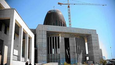 Budowa Świątyni Opatrzności to największa inwestycja polskiego Kościoła. O jej budowie zadecydował w 1791 r. Sejm Wielki. Miała być wotum wdzięczności za uchwalenie Konstytucji 3 maja (w uchwale mowa była o świątyni wielowyznaniowej). Wmurowano jednak tylko kamień węgielny w pobliżu dzisiejszego parku Łazienki Królewskie