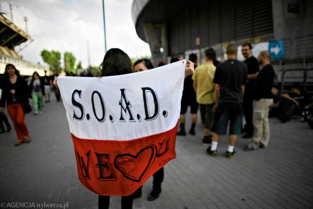 Fani System of a Down przed koncertem w Łodzi.