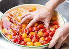 Bakterie i pestycydy z owoców i warzyw zmyje tylko specjalny preparat? Zapytaliśmy eksperta