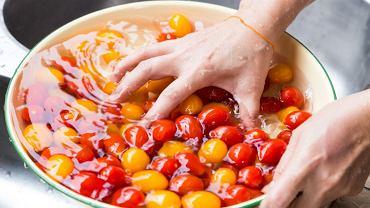 Jak prawidłowo myć owoce i warzywa? Czy woda to za mało? Pytamy eksperta