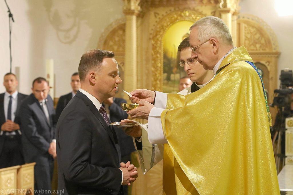 Prezydent Andrzej Duda przyjmuje komunię św. z rąk abpa Stanisława Gądeckiego. Msza św. na Krzeptówkach, Zakopane (czerwiec 2017)
