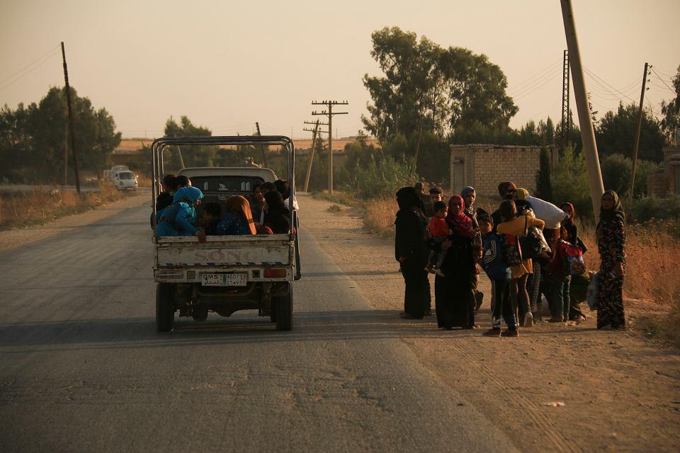 9.10.2019, mieszkańcy zaatakowanych terenów w północnej Syrii uciekają ze swoich domów.