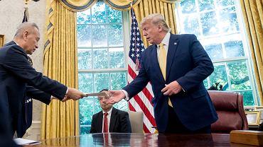 Prezydent USA Donald Trump i wicepremier Chin Liu He.