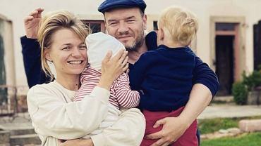 Emilia Komarnicka-Klynstra i Redbad Klynstra z dziećmi