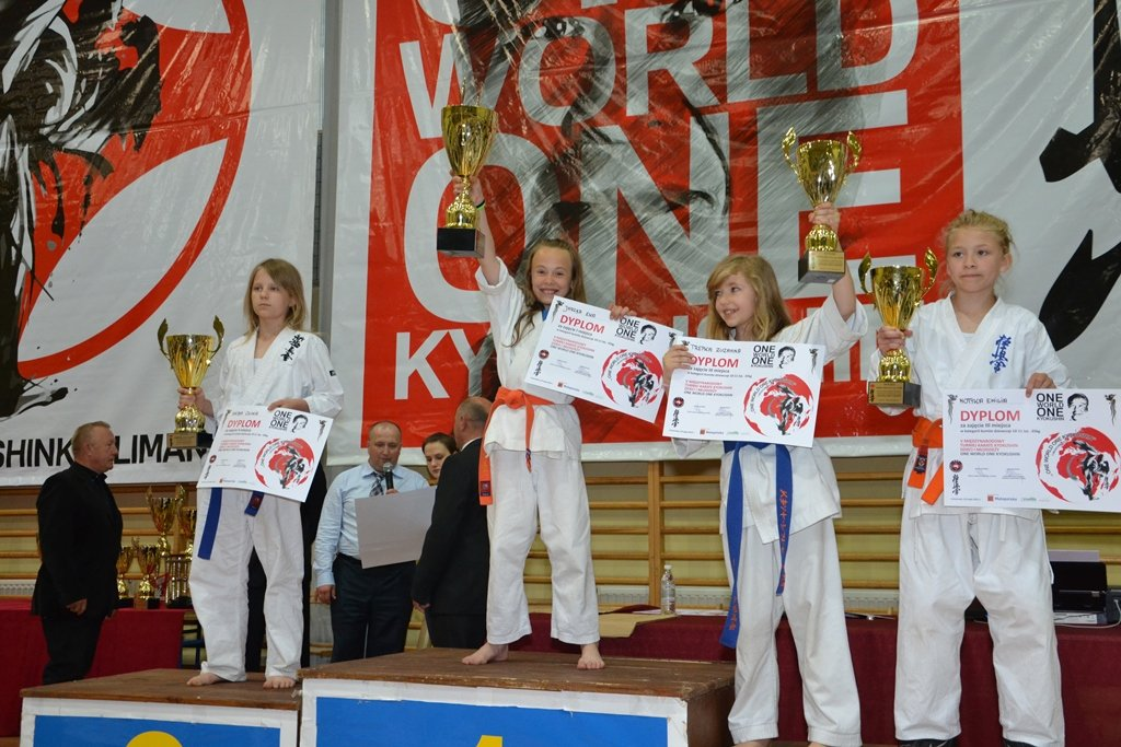 Młodzi karatecy Klubu Karate Morawica na Międzynarodowym Turnieju Karate Kyokushin Dzieci i Młodzieży 'One World One Kyokushin' w Limanowej