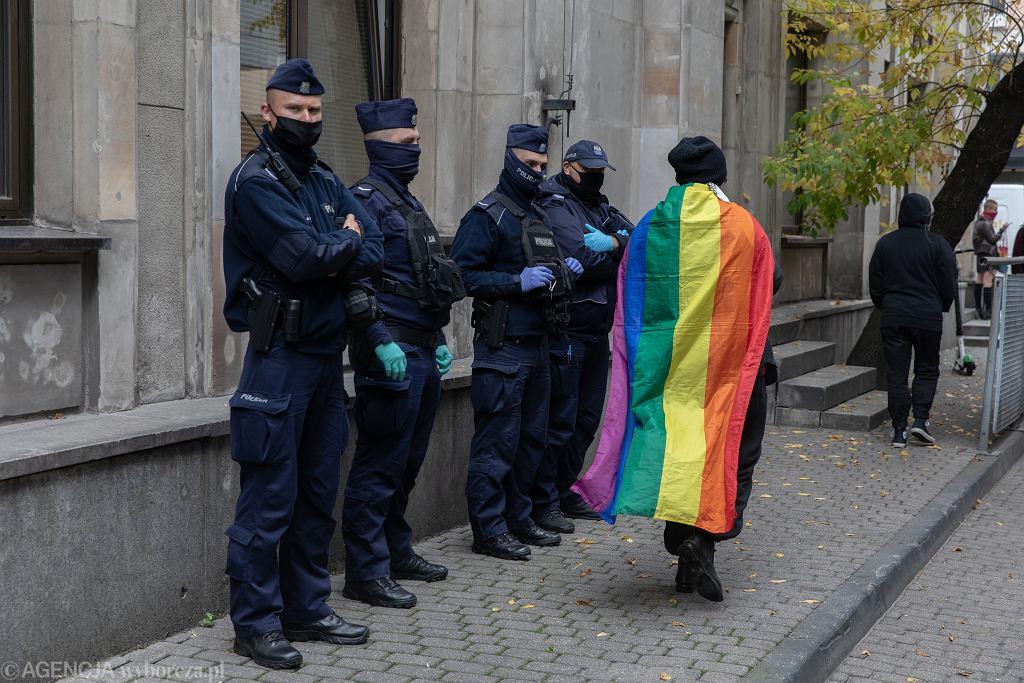 Doprowadzenie do prokuratury jednej z aktywistek ws. namalowania na MEN imion dzieci - ofiar homofobii