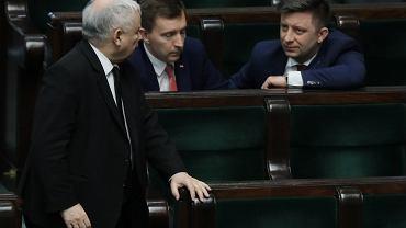 Jarosław Kaczyński (z lewej) i Michał Dworczyk (z prawej) w Sejmie