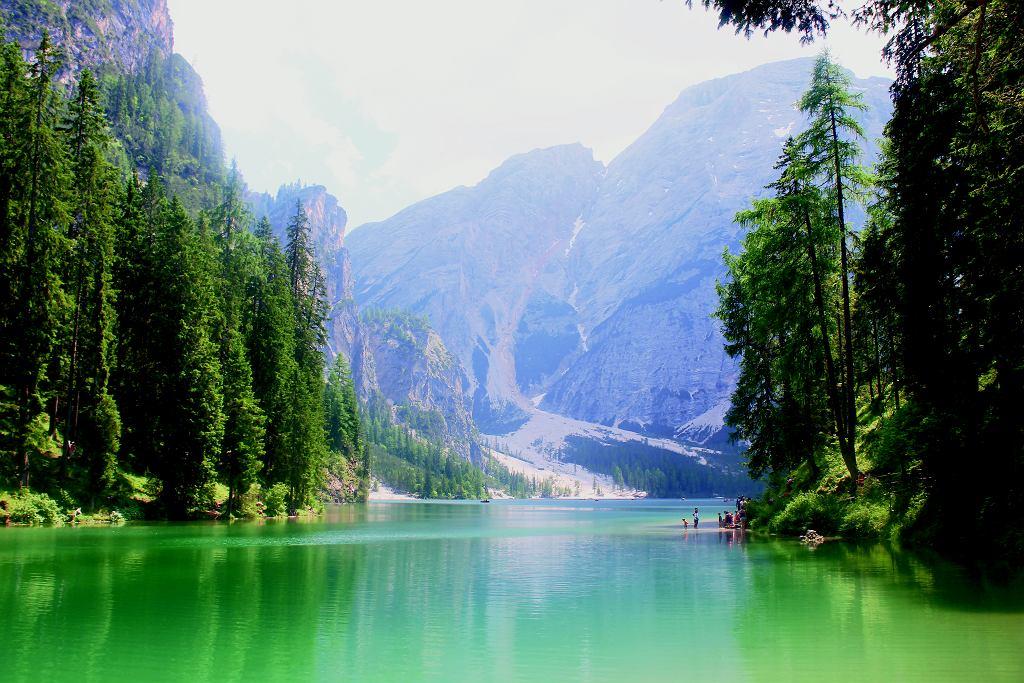 Jezioro Braies to taka południowotyrolska odpowiedź na Morskie Oko. Tylko można w nim pływać (wpław lub łódką) i nie można nad nie dojechać dorożką (na szczęście!).