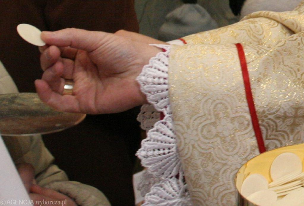 Koronawirus. Koronawirus. Episkopat rekomenduje przyjęcie komunii świętej duchowe lub na rękę. Diecezja Rzeszowska tradycyjnie - do ust