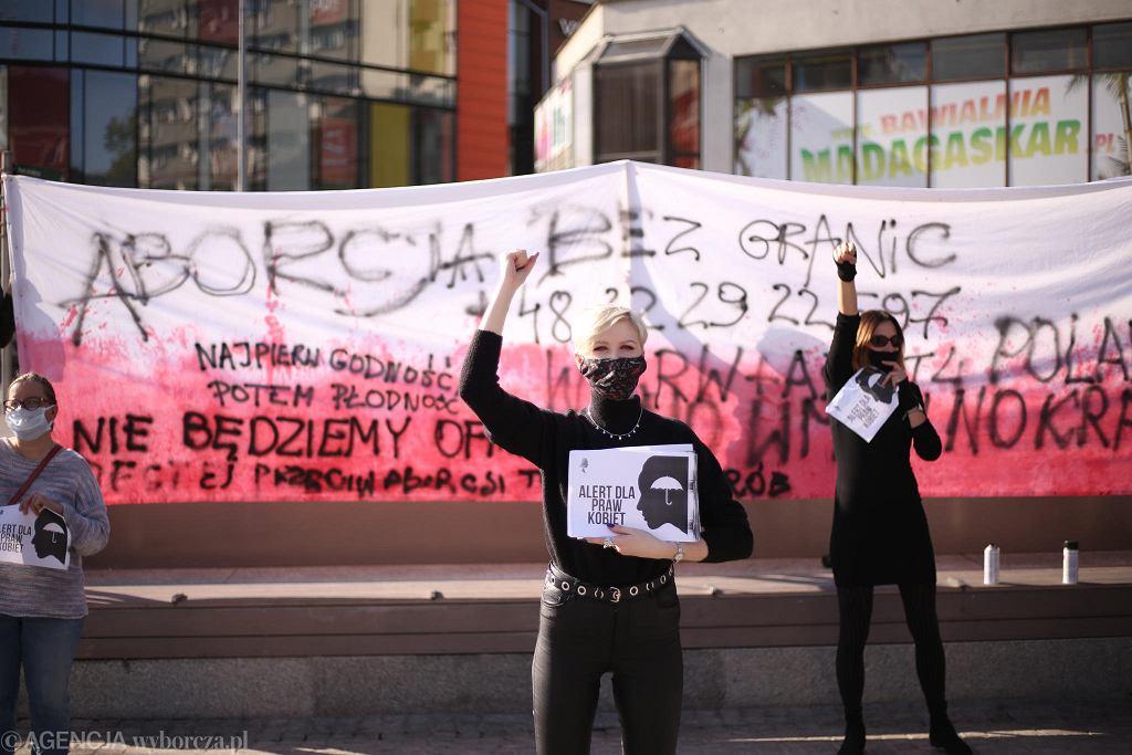 Dagmara Adamiak podczas protestu na placu Adamowicza w Szczecinie w trakcie posiedzenia Trybunału Konstytucyjnego