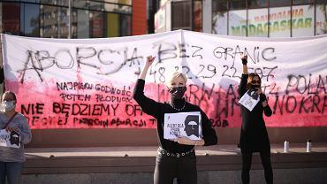 Szczecinianki mówią 'nie' zaostrzaniu prawa aborcyjnego. Protest na placu Adamowicza w związku z posiedzeniem Trybunału Konstytucyjnego