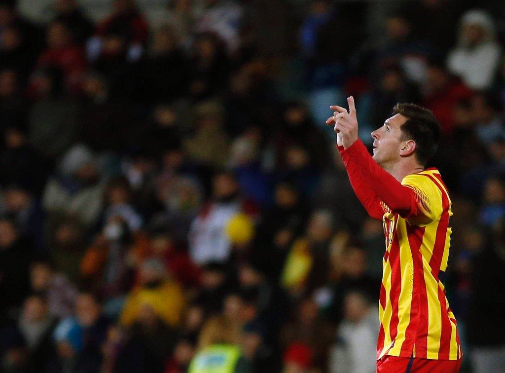 Lionel Messi podpisał w czwartek nową umowę z Barceloną i stał się najlepiej opłacanym piłkarzem świata. Rocznie będzie za samą grę inkasował 20 milionów euro.