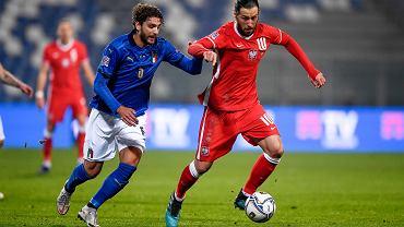 Manuel Locatelli i Grzegorz Krychowiak. Mecz Włochy - Polska. Mapei Stadium, Reggio Emilia, Włochy, 15 listopada 2020