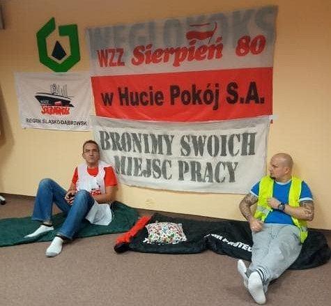 Ośmioro pracowników rudzkiej Huty Pokój okupuje od wtorkowego poranka siedzibę spółki Węglokoks w Katowicach. Sześć osób rozpoczęło głodówkę
