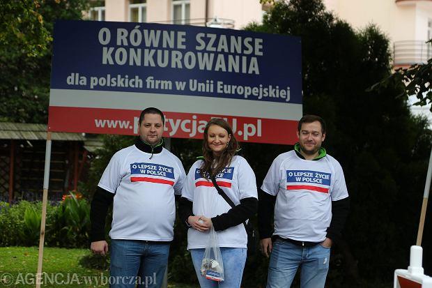"""Forum w Krynicy: Protest pod wejściem na teren kongresu to akcja firmy Fakro. """"Równe szanse dla polskich firm w UE"""""""