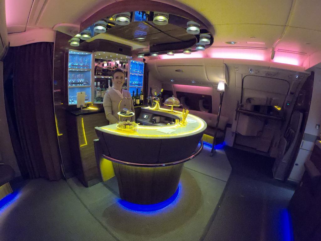 Bar w klasie biznes na pokładzie Airbusa A380 linii Emirates