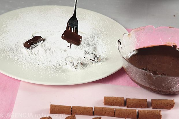 Trufle rumowe, zanurzanie w płynnej czekoladzie i obtaczanie , np. w cukrze pudrze