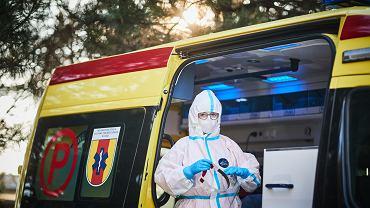 Beata Barwińska, pielęgniarka ze stopniem doktora i dziekan Wydziału Pielęgniarstwa Akademii Humanistyczno-Ekonomicznej w Łodzi. Pandemię koronawirusa ogląda z perspektywy karetki.