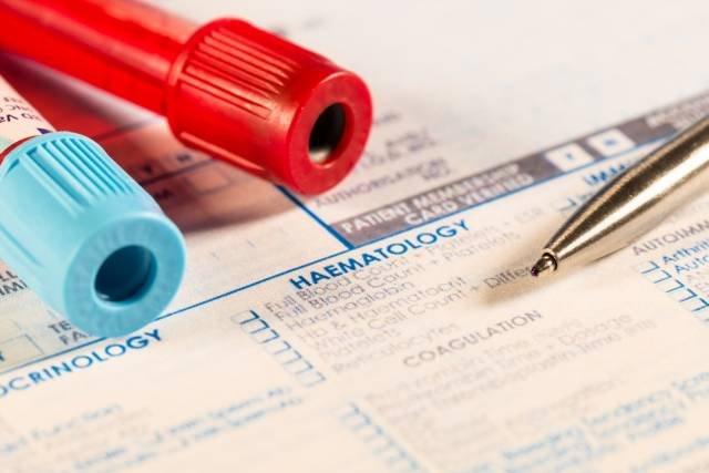 Nieprawidłowe stężenie hormonu może być związane z chorobą tarczycy lub nadmiernym sięganiem po suplementy zawierające witaminę D