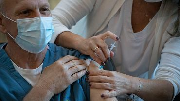 20.12.2020 Izrael, Tel Awiw. Szczepienie personelu medycznego przeciw COVID-19