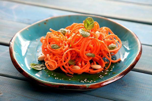 Spaghetti z marchewki z pomarańczą, płatkami migdałowymi i miętą