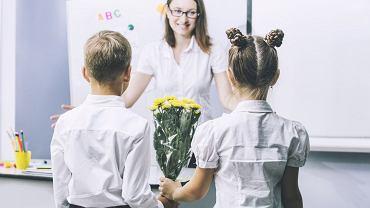 Prezenty dla nauczycieli wręczane są z różnych okazji, także na zakończenie roku szkolnego. Kupowane są indywidualnie, jednak najczęściej są to prezenty składkowe