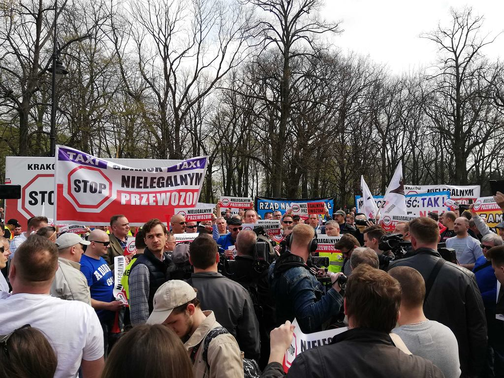 Protest taksówkarzy w Warszawie. Auta obrzucone jajkami, a w tłumie niesie się 'Je*** Ubera'