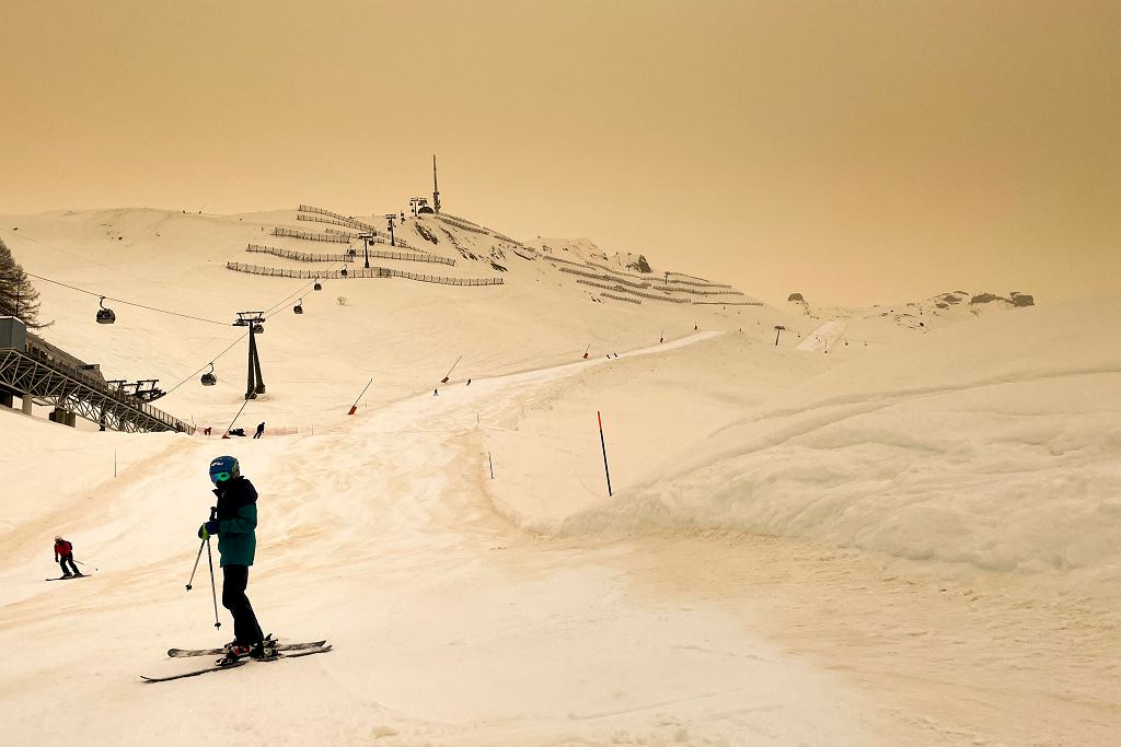 Żółty śnieg w Alpach